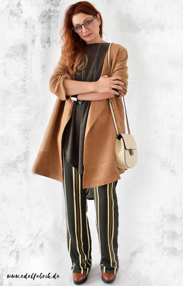 die Edelfabrik, Outfit mit gestreifter Hose, Grüntöne, Beigetöne