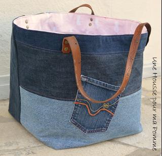 Sac Cube en jeans recyclés montés façon patchwork horizontalement ou verticalement suivant le coté du sac, surpiqures rose, poche extérieure récupérée sur un jeans, intérieur coton couleur rose pale et anans, Anses en cuir marron véritable rivetées mains. Dimensions : 30 x 30 x 32 cm.