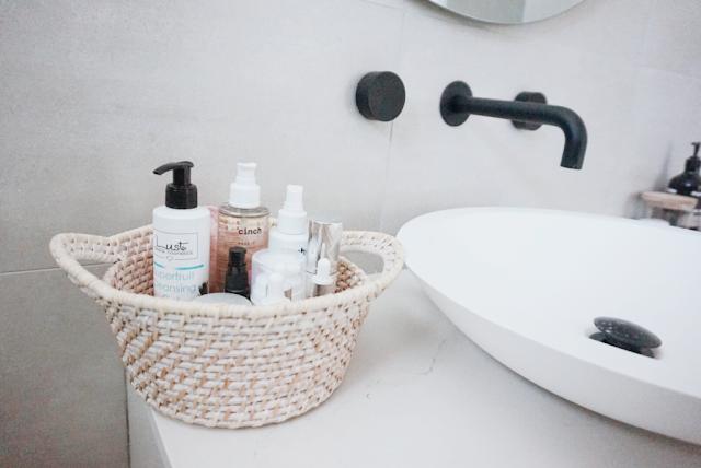 ordenar baño con el método konmari de forma exitosa con Marie Kondo la magia del orden con cesta almacenaje vertical