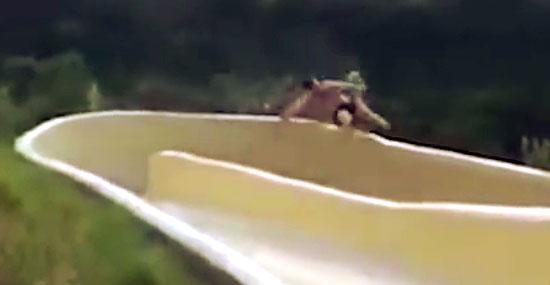 Acidente toboágua - Homem voa de toboágua e cai em penhasco