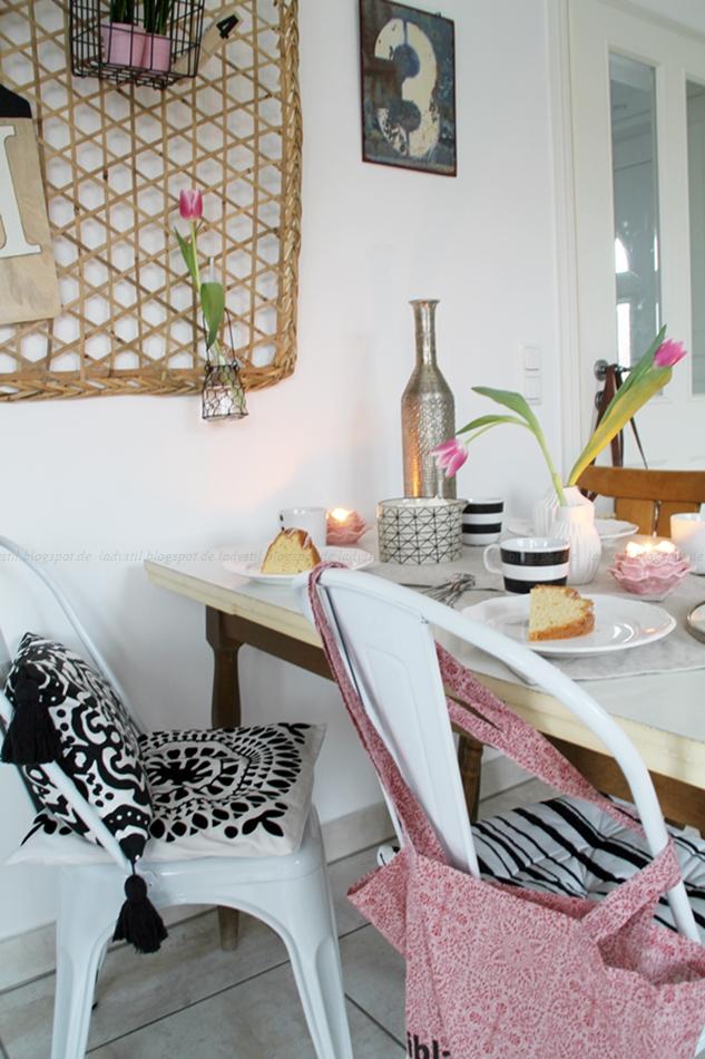 Mit leichten Pastellfarben zieht der Frühling in die Küche ein! Küchenumstyling mit neuen Gelenk-Lampen! Blick zum Tisch mit Pinnwand und Typo-Schild an der Wand