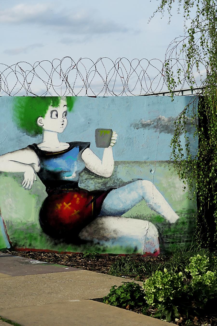 Femme peinte sur mur