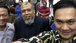 Farhat Abbas Selfie dengan Patrialis Akbar di Ruang Sidang