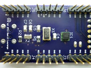 Pormenor dos circuitos osciladores, na face inferior da placa.