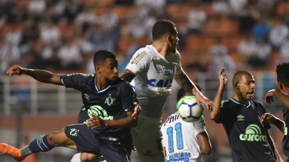 a8cd65ae69 Chapecoense ganha do Santos e encosta no Sport