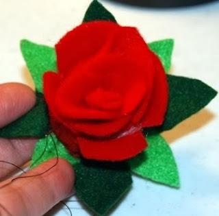 http://www.todomanualidades.net/2012/06/como-hacer-flores-de-fieltro/