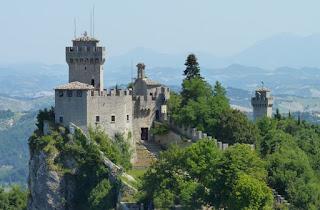 Rocca Cesta y Montale desde la Fortaleza de Guaita.