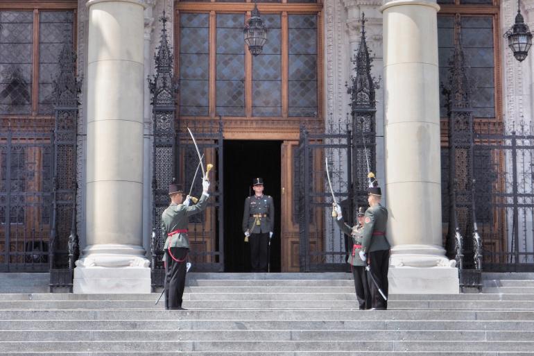 Relève de la garde devant le parlement hongrois