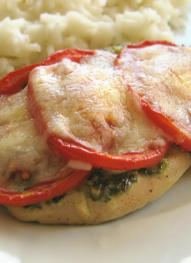 Frango com pesto, tomate e mozzarella / Pesto chicken with tomato & mozzarella