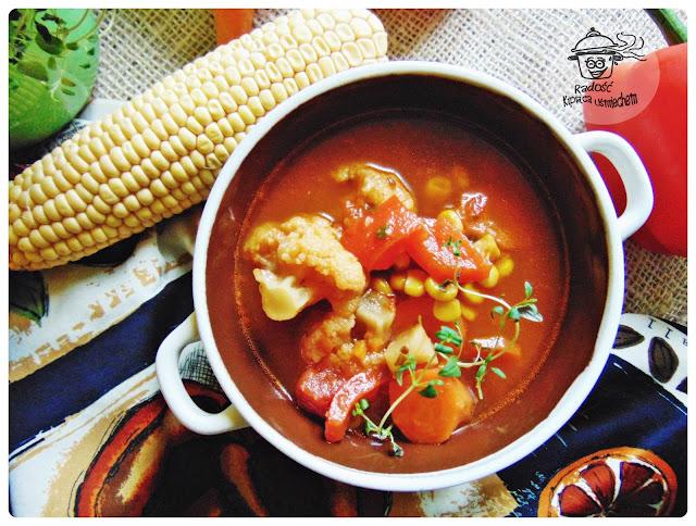 Zupa pomidorowa z warzywami.
