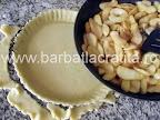 Preparare reteta - punem merele peste aluatul de tarta din forma