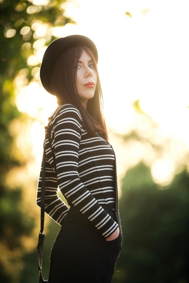 szerokie ogrodniczki | stylizacja z ogrodniczkami | zdjęcie o zachodzie słońca | bluzka w paski | moda alternatywna | stylizacja z kapeluszem | bluzki bez ramion | blog o modzie | blogerka modowa