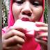 Gravida com desejo bizarro grava vídeo comendo barra de sabão