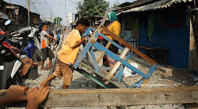 pendorong lori, lori, Kampung Bandan, cerita Jakarta, foto human interest, foto street, rel, rel kereta api, cerita dari pinggir rel