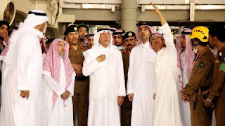 Mecca governor Khaled al-Faisal listening to aides of the Mosque.
