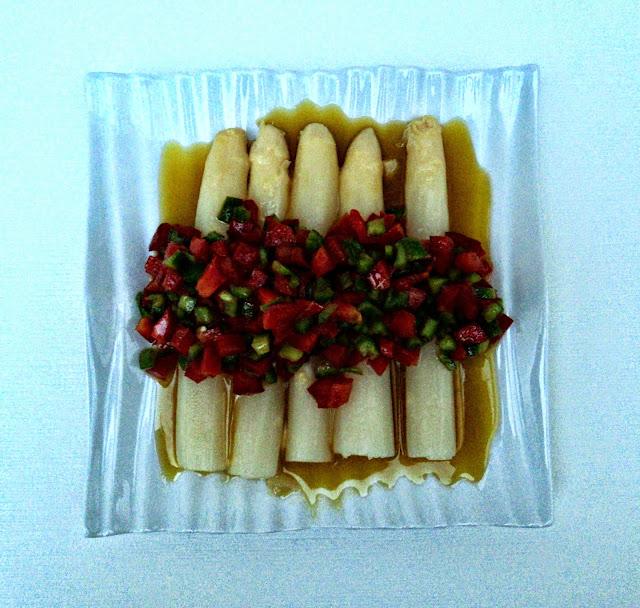 esparragos-vinagreta-pimientos-presentacion