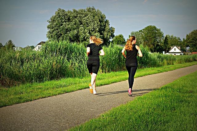 Mulheres praticando exercício físico corrida