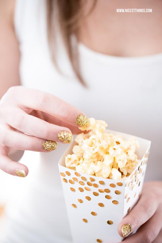 DIY Popcornbox mit goldenen Punkten selber machen Baileys Popcorn #diy #popcorn #silvester #popcornbox #polkadots #gold #partyideen