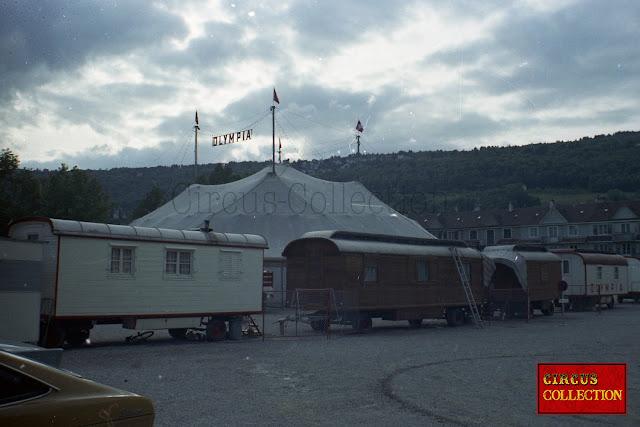 grande et petite roulotte servant de logement aux anciens de la famille Gasser