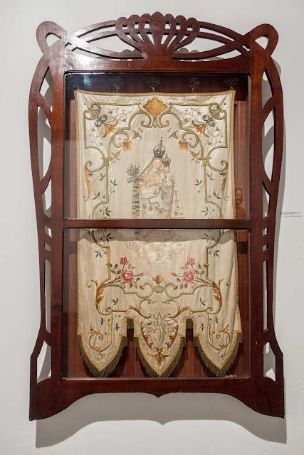 Um estandarte ricamente bordado