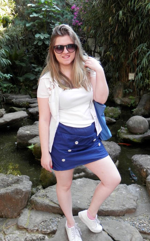 Look: Shorts saia com sobreposição de camisa