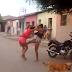 Mulheres brigam no meio da rua em Cajazeiras; Uma delas tentou furar a outra com uma faca