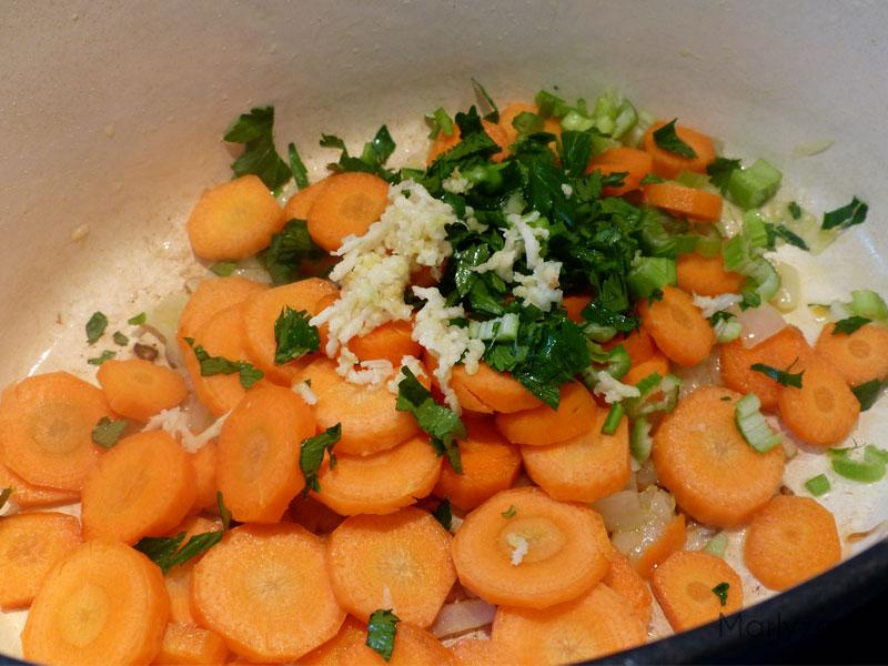 Ajoutez l'ail, le céleri et les carottes.