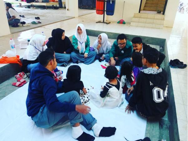 Remaja Mengajar Anak-anak