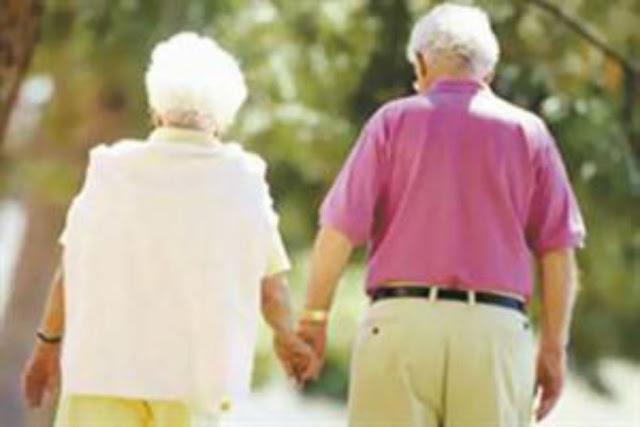 لن تصدق ماذا فعل الرجل العجوز عندما اكتشف رساله غراميه لزوجته منذ 60 عام امر صادم للجميع