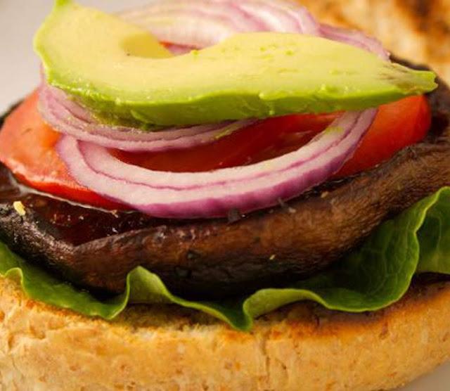 Preparare Burger cu ciuperci Portobello si avocado retete vegane sanatoase