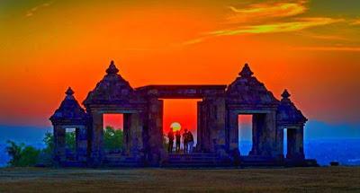 foto sunset indah di candi ratu boko