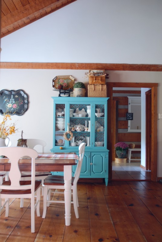Fall_Decor_Log_Cabin_Kitchen_Dinig_Room_Blue_Cabinet