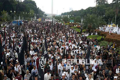 Puluhan Ribu Massa berkumpul di monas