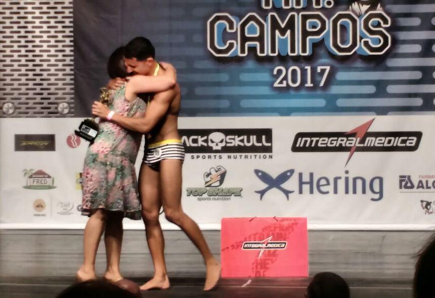 Ramon Cabral recebe o troféu de campeão das mãos de sua mãe. Foto: Arquivo pessoal