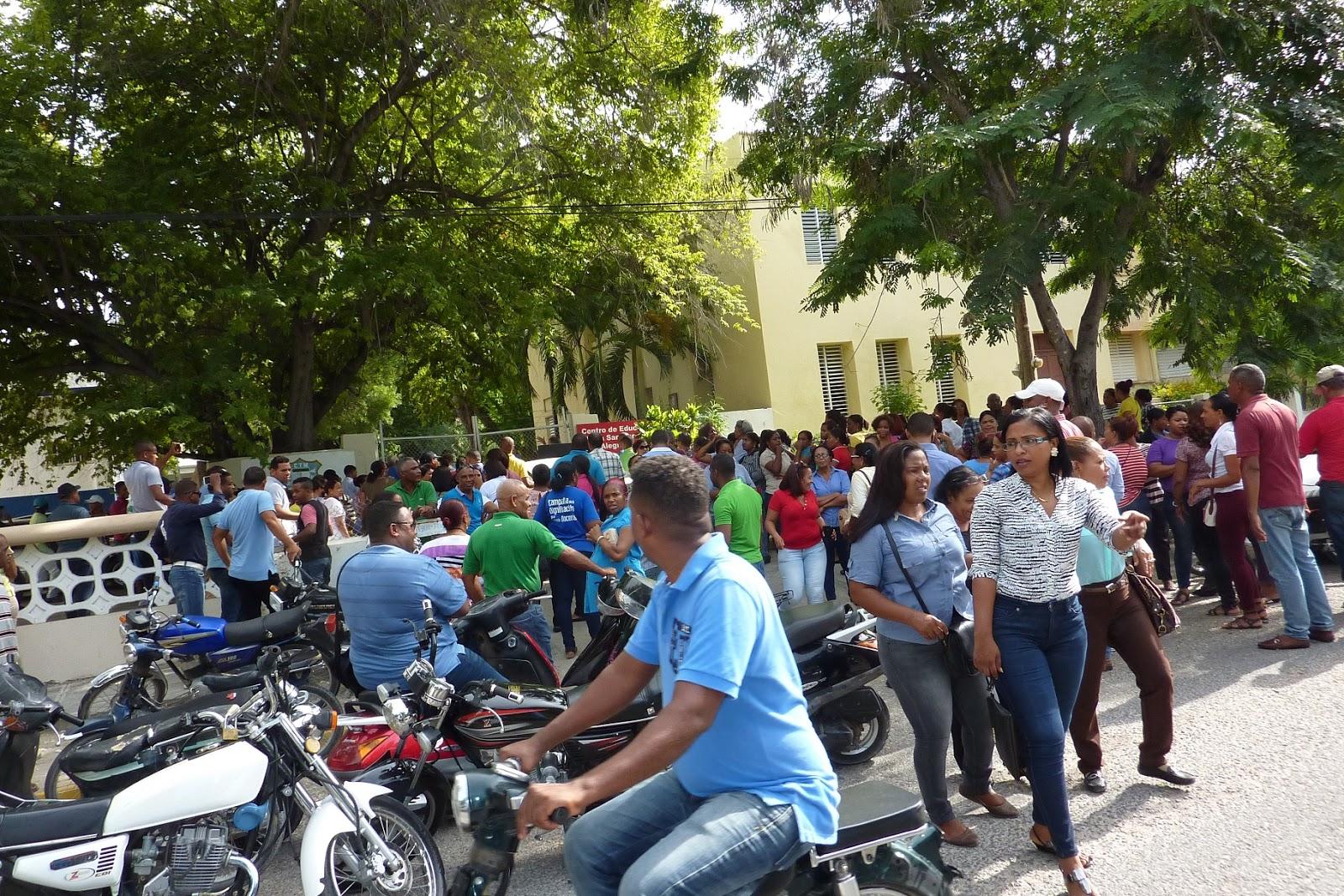 Maestros se manifiestan frente a centro Fe y Alegría en rechazo al inicio del año escolar.