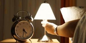 Hindari lampu menyala saat sedang tidur