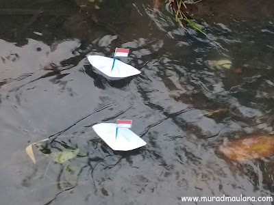Perahu Kertas Indonesia di Air
