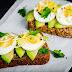 Sándwich con aguacate fresco y huevo