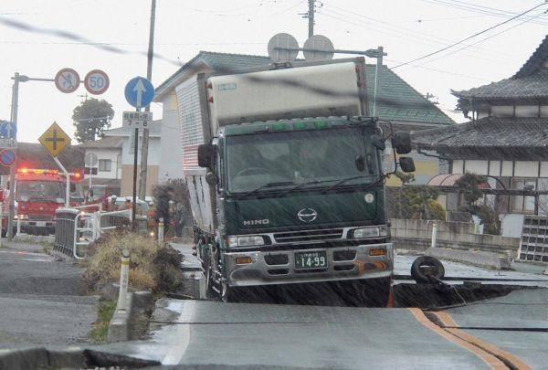 truk nyemplung lobang jalan