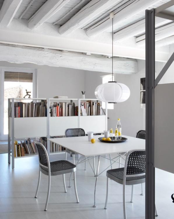 sillas y mesa de metal