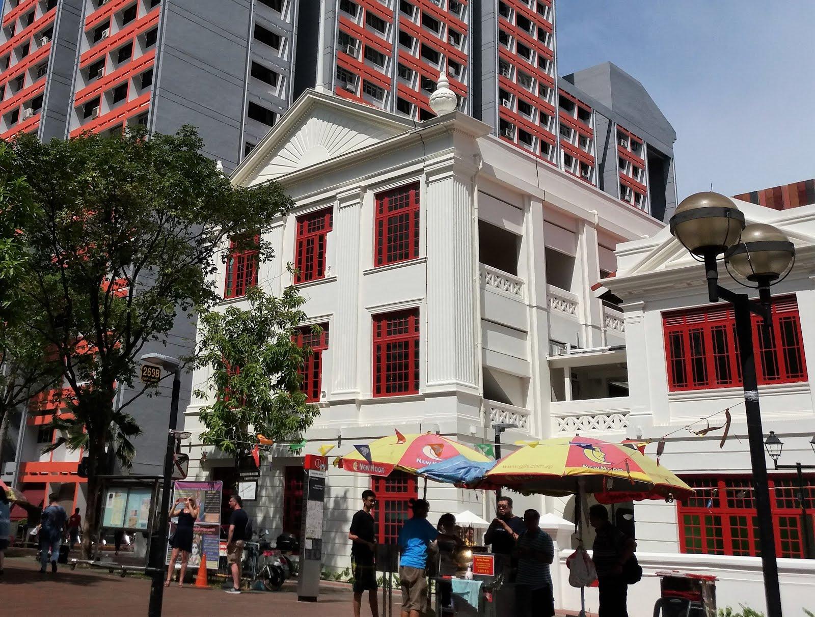 兴都庙前的史丹福艺术中心为本地的文化艺术界培养了后起之秀 艺术中心的前身史丹福女校 是小坡众多学校之一 为战后的新加坡提供女子教育 这栋建筑物原为1931年落成