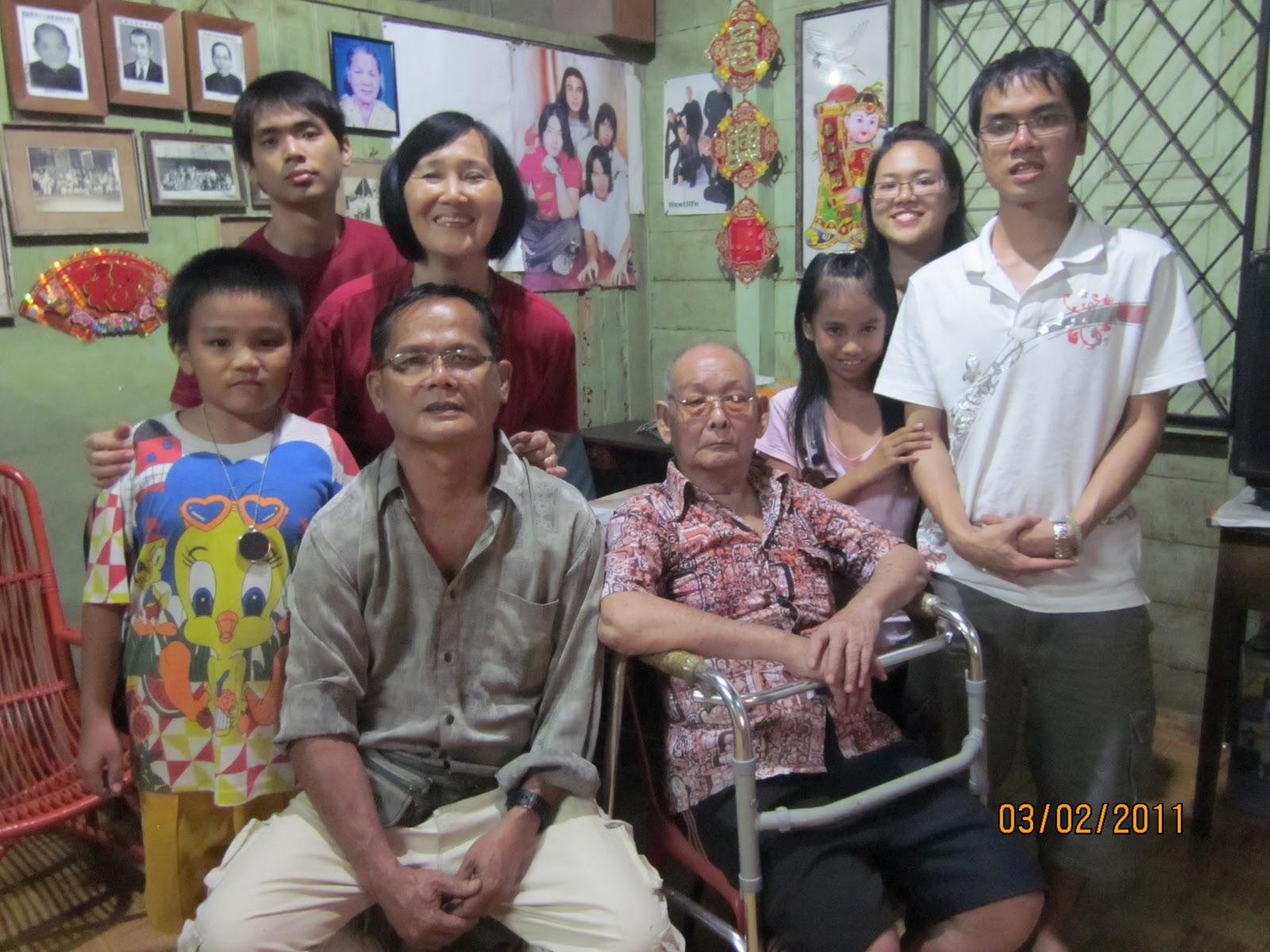 表侄兒、堂妹、家人、爺爺,四代同堂守夜。
