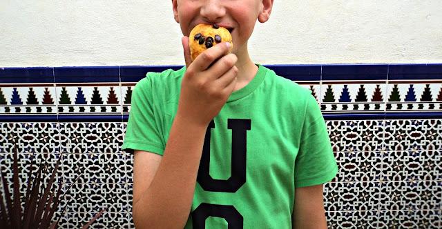 bollitos-chips-chocolate-comiendo