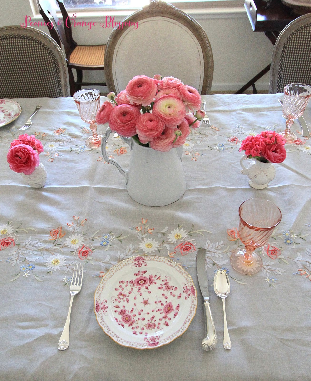Spring French table setting with Madeira table cloth Meissen plates pink and white ranunculus : french table setting - pezcame.com