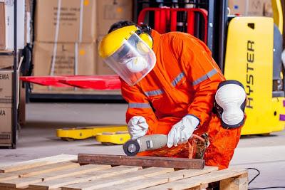 Homme respectant les consignes de sécurité de bricolage.