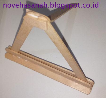 cara membuat prakarya dari stik es krim berbentuk penyangga atau dudukan HP yang mudah untuk anak SD kalau lemnya kering sudah bisa dipakai