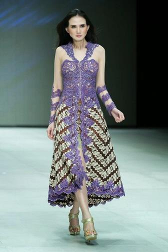 Model Baju Batik Kombinasi Brokat Yang Elegan Untuk Pesta