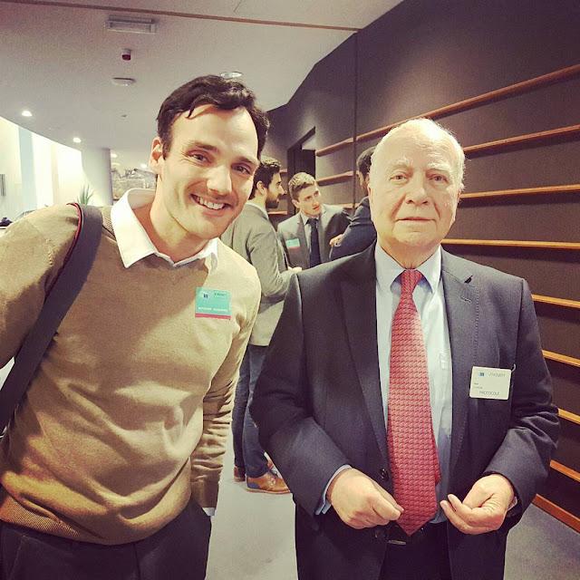 Ancien Premier Ministre Belge Mark Eyskens avec l'artiste Ben Heine
