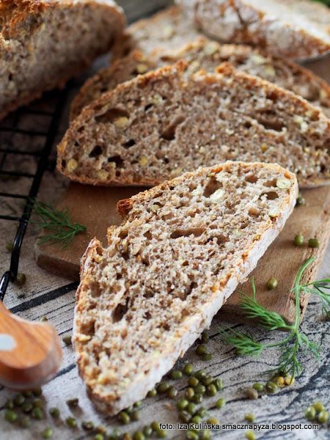 chleb pszenny pełnoziarnisty , chleb graham , fasola mung , na zakwasie , zakwas , bochenek , chlebek , chlebuś , chleb fasolowy , domowa piekarnia , moje wypieki , pieczenie chleba