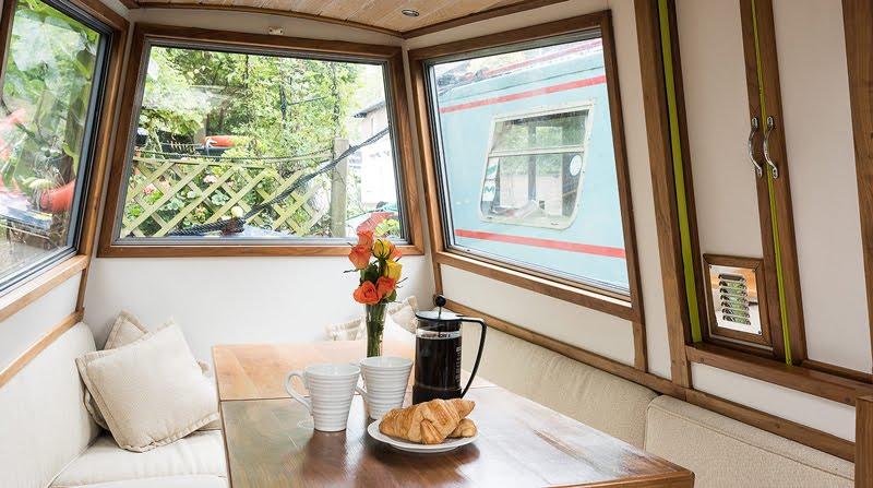 Dormire nelle case più belle di Londra la casa galleggiante a Little Venice salotto
